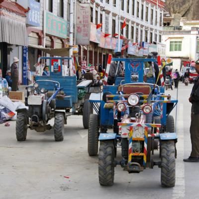 Street life in Shigatse